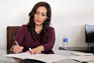 Direct geld lenen op je rekening - vrouw tekent contract